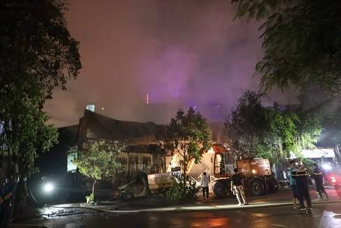 Đám cháy lan sang các nhà dân xung quanh