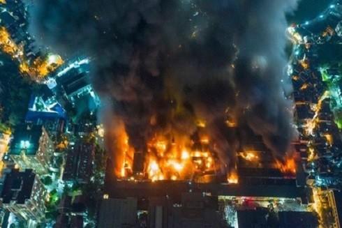 Đám cháy thiêu rụi cả doanh nghiệp Rạng Đông