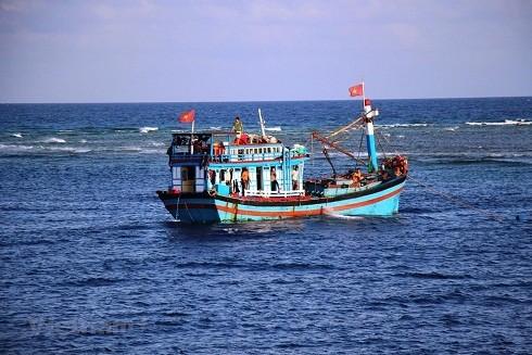 Nước biển màu sậm tức là tàu đã ra xa khơi