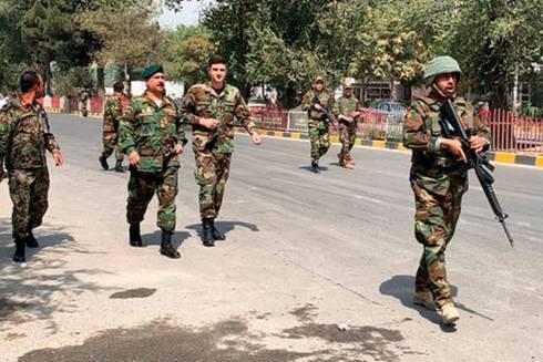 Các binh sĩ quân đội Afghanistan đến địa điểm xảy ra vụ nổ bom xe ở Kabul, Afghanistan, ngày 5 - 9 - 2019 (Ảnh AP)