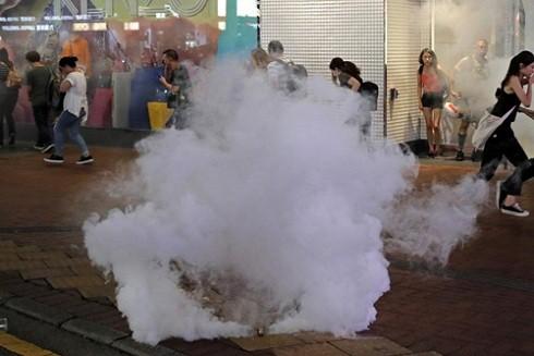 Người dân bỏ chạy khi cảnh sát Hong Kong bắn hơi cay giải tán người biểu tình hôm 8- 9