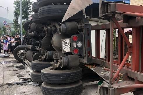 """Container bị lật tại dốc cua """"tử thần"""" Quang Hanh"""