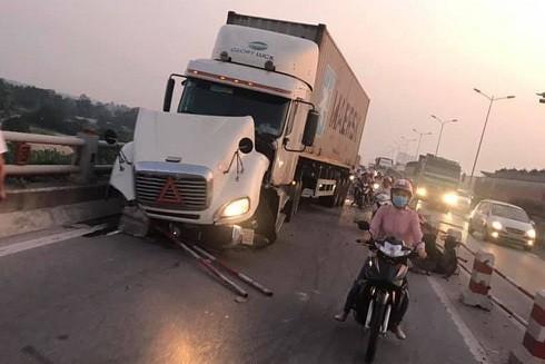 Hiện trường vụ tai nạn do container mất lái tại cầu Thanh Trì, Hà Nội