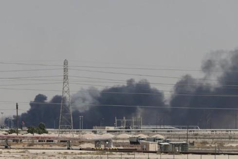 Cột khói bốc lên sau vụ tấn công bằng UAV vào 1 cơ sở lọc dầu của tập đoàn Saudi Aramco
