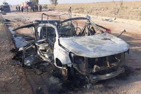 Một chiếc xe bị phá hủy sau trận không kích gần biên giới Syria - Iraq