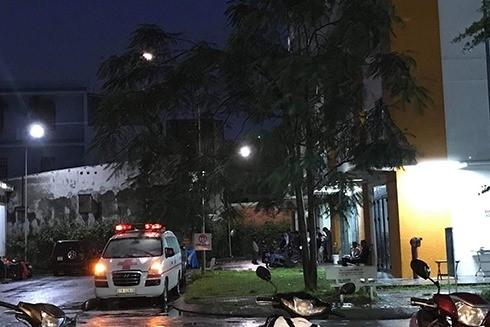 Hiện trường bên ngoài chung cư Sen Hồng - nơi người bảo vệ bị rơi tự do từ tầng 18 (Theo Vietnamnet.vn)