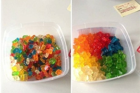 Bệnh nhân OCD sắp xếp lại kẹo theo màu sắc