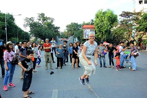 Du khách quốc tế vui chơi tại phố đi bộ Hồ Gươm