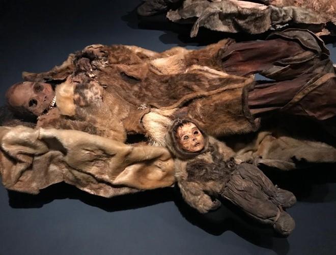 Ám ảnh ánh mắt của xác ướp bé trai 6 tháng tuổi bị chôn sống theo mẹ ảnh 17