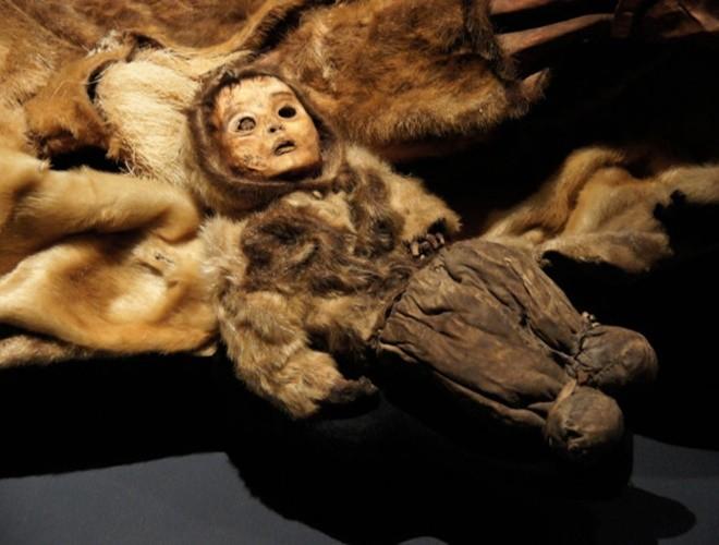 Ám ảnh ánh mắt của xác ướp bé trai 6 tháng tuổi bị chôn sống theo mẹ ảnh 5