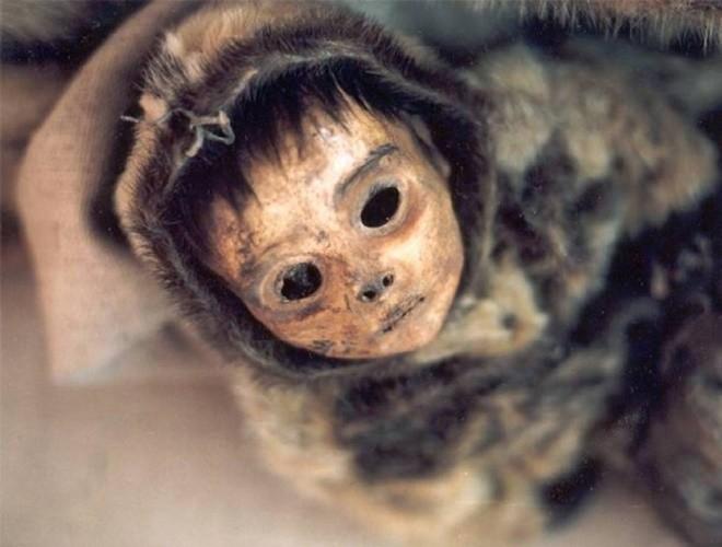 Ám ảnh ánh mắt của xác ướp bé trai 6 tháng tuổi bị chôn sống theo mẹ ảnh 9