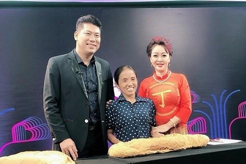 Bà Tân chụp ảnh kỉ niệm cùng những MC, nghệ sĩ