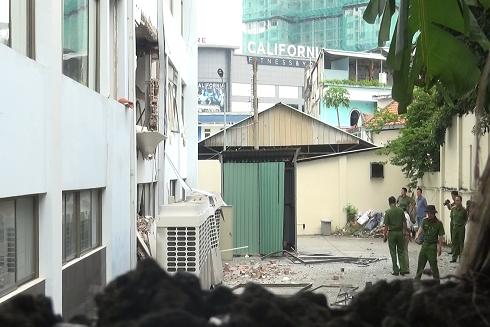 Lực lượng chức năng đang tiến hành xử lí hiện trường đổ nát (Ảnh: Theo Lao Động)