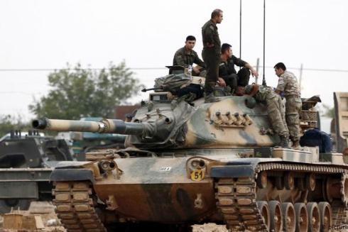 Lính Thổ Nhĩ Kỳ trên một chiếc xe tăng ở biên giới Syria