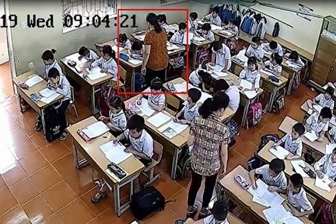 2 cô giáo đánh, tát và quát mắng các học sinh trong giờ kiểm tra (Ảnh cắt từ clip)