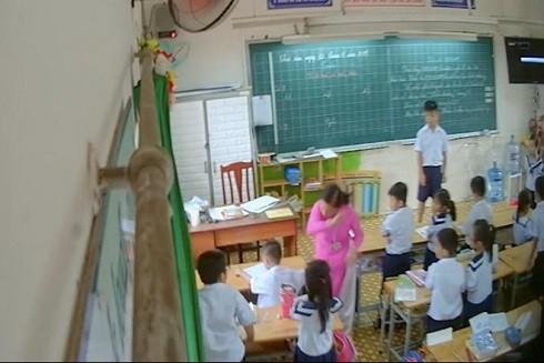 Cô giáo N.H.H. đánh, tát liên tục một học sinh (Ảnh cắt từ clip)