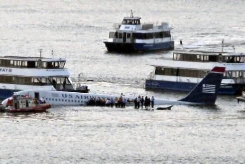 Chiếc máy bay của hàng không Mỹ hạ cánh khẩn cấp thành công trên mặt sông Hudson sau khi gặp sự cố về động cơ