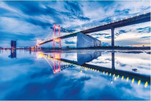 Cầu Thuận Phước như một dải lụa nối hai bờ sông Hàn