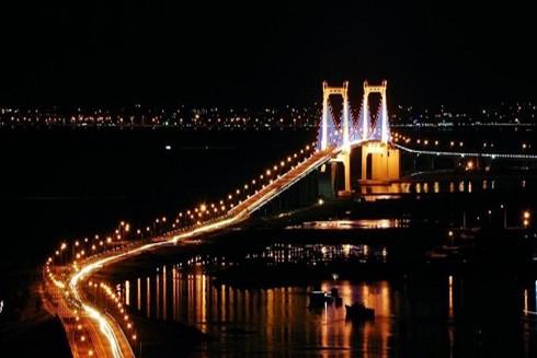 Vẻ đẹp lung linh của cầu Thuận Phước về đêm đã khiến nhiều người phải mê đắm