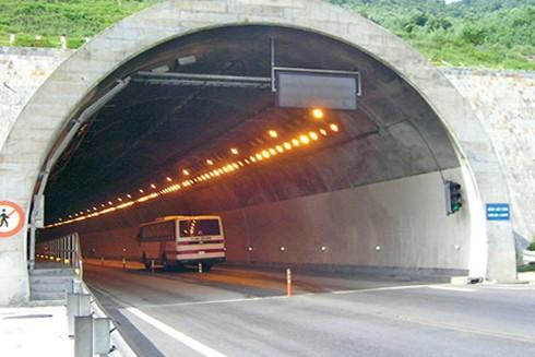 Hầm Hải Vân nằm giữa hai tỉnh Thừa Thiên - Huế và Đà Nẵng
