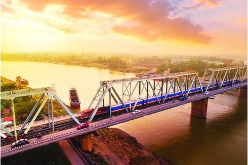 Tuyến đường sắt Thống Nhất chạy song song với quốc lộ 1A - huyết mạch của đất nước