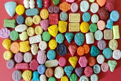 """Thuốc lắc có hình thù """"vô hại"""" như những viên kẹo sặc sỡ"""