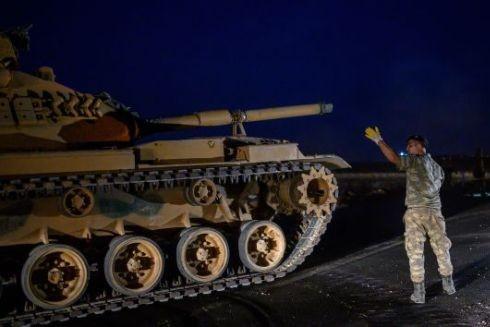 Một chiếc xe tăng của quân đội Thổ Nhĩ Kỳ lái xe về phía biên giới với Syria ngày