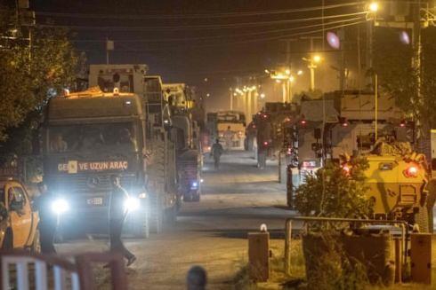Các binh sĩ quân đội Thổ Nhĩ Kỳ lái xe về phía biên giới với Syria ở tỉnh Sanliurfa vào ngày 8-10-2019