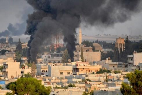Khói đen bốc lên sau khi Thổ Nhĩ Kỳ không kích, nã pháo vào thị trấn Ras al-Ain, tỉnh Hasakeh, Đông Bắc Syria ngày 9-10