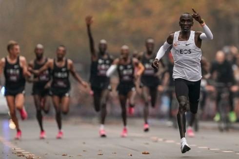 Eliud Kipchoge chạy về đích trong sự cổ vũ của đội ngũ dẫn tốc và hàng vạn cổ động viên