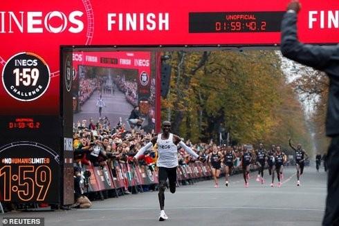 Kipchoge đặt dấu mốc lịch sử khi về đích với thành tích 1:59:40