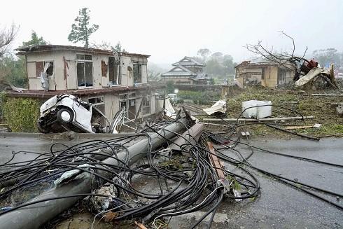 Hậu quả nặng nề sau siêu bão tại Ichihara, phía đông Tokyo (Ảnh: Kyodo)