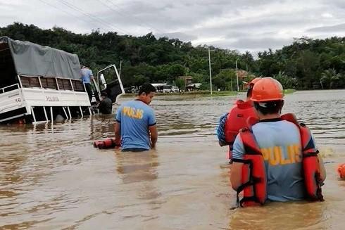 Nước mưa bao quanh thị trấn Baao, tỉnh Camarines Sur (Ảnh: Philippine Star)