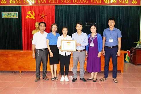 Huyện Đoàn Anh Sơn, Nghệ An tặng giấy khen cho em Lê Thị Hoa vì đã có hành động nhặt được của rơi trả người đánh mất