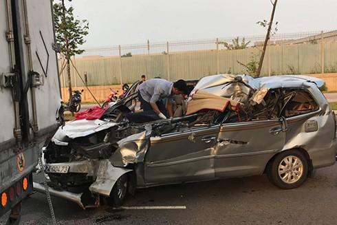 Ôtô 7 chỗ hư hỏng nặng sau tai nạn