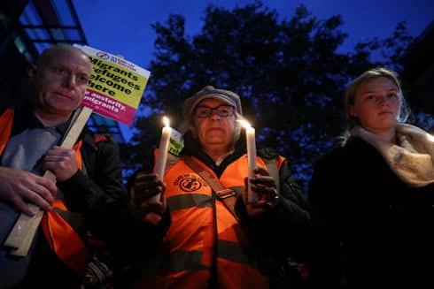 Người dân nước Anh thắp nến cầu nguyện cho 39 nạn nhân