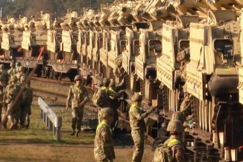 90 chuyến tàu quân sự mang theo nhiều phương tiện quân sự của Mỹ, NATO đang ngày đêm hành trình đến biên giới Nga – Belarus và khu vực Kaliningrad (Ảnh Sohu)