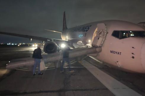 Gãy càng bánh trước, Boeing 737 hạ cánh bằng mũi ở sân bay Odessa, Ukraine