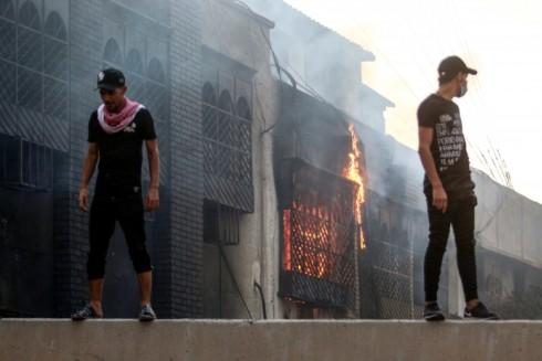 Lãnh sự quán Iran ở thành phố Basra bị những người biểu tình quá khích đốt phá ngày 7-9-2019