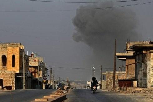 Khói bốc lên trong các cuộc không kích của lực lượng quân chính phủ Syria ở làng Kafr Rumah, ở vùng nông thôn phía nam của tỉnh Idlib