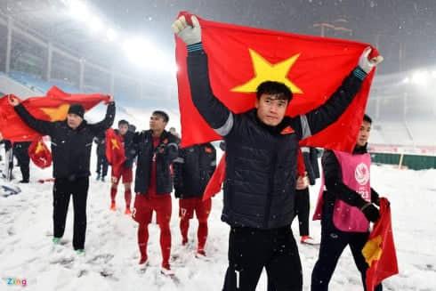 Thủ thành Bùi Tiến Dũng cùng đồng đội đi một vòng quanh sân sau trận chung kết với U23 Uzbekistan để cảm ơn người hâm mộ (Nguồn: Zing)