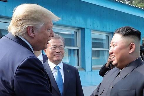 Tổng thống Mỹ Donald Trump (trái), nhà lãnh đạo Triều Tiên Kim Jong-un (phải) và Tổng thống Hàn Quốc Moon Jae-in (giữa) trong cuộc gặp tại Khu phi quân sự (DMZ) ngày 30-6 vừa qua