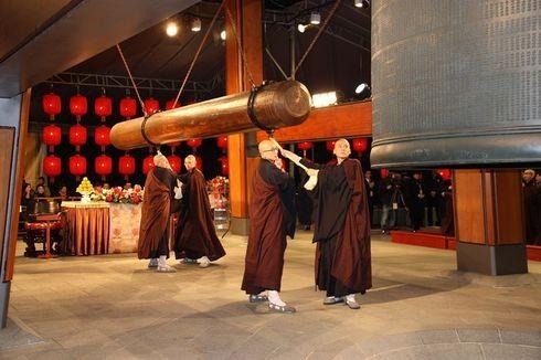 Các nhà sư gõ chuông chào năm mới tại Nhật Bản