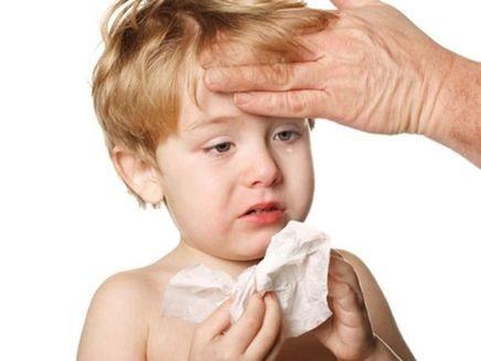 Bệnh cảm cúm thường gây sốt và chảy nước mũi ở trẻ nhỏ