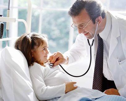 Khi trẻ bị bệnh, cha mẹ cần đưa đến ngay bệnh viện - không tự ý sử dụng thuốc tại nhà