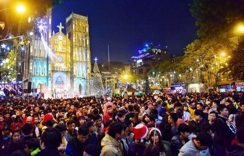 Rất nhiều người đổ về Nhà thờ Lớn đêm Giáng sinh