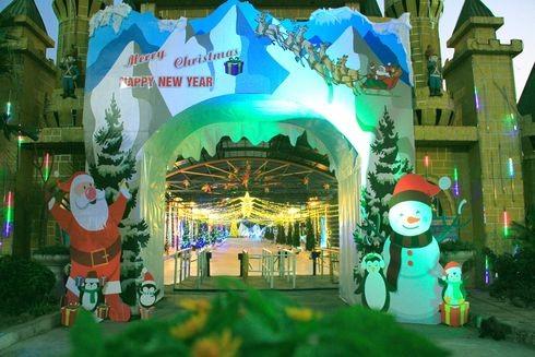 Cổng vào công viên nước Hồ Tây năm nay với chủ đề Giáng sinh
