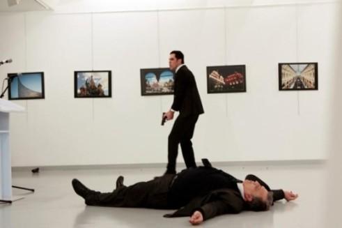 Đại sứ Nga tại Thổ Nhĩ Kỳ Andrey Karlov đã thiệt mạng tại chỗ sau khi bị bắn 9 phát súng tại buổi triển lãm.