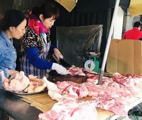 """Giá thịt lợn tăng cao ở mức kỷ lục, khiến người tiêu dùng quay cuồng trong cơn """"bão giá"""""""