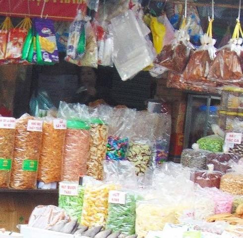Những thực phẩm không rõ nguồn gốc được bày bán rất nhiều ngoài chợ trong dịp Tết